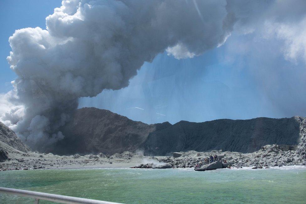 El White Island lanzando humo y cenizas.