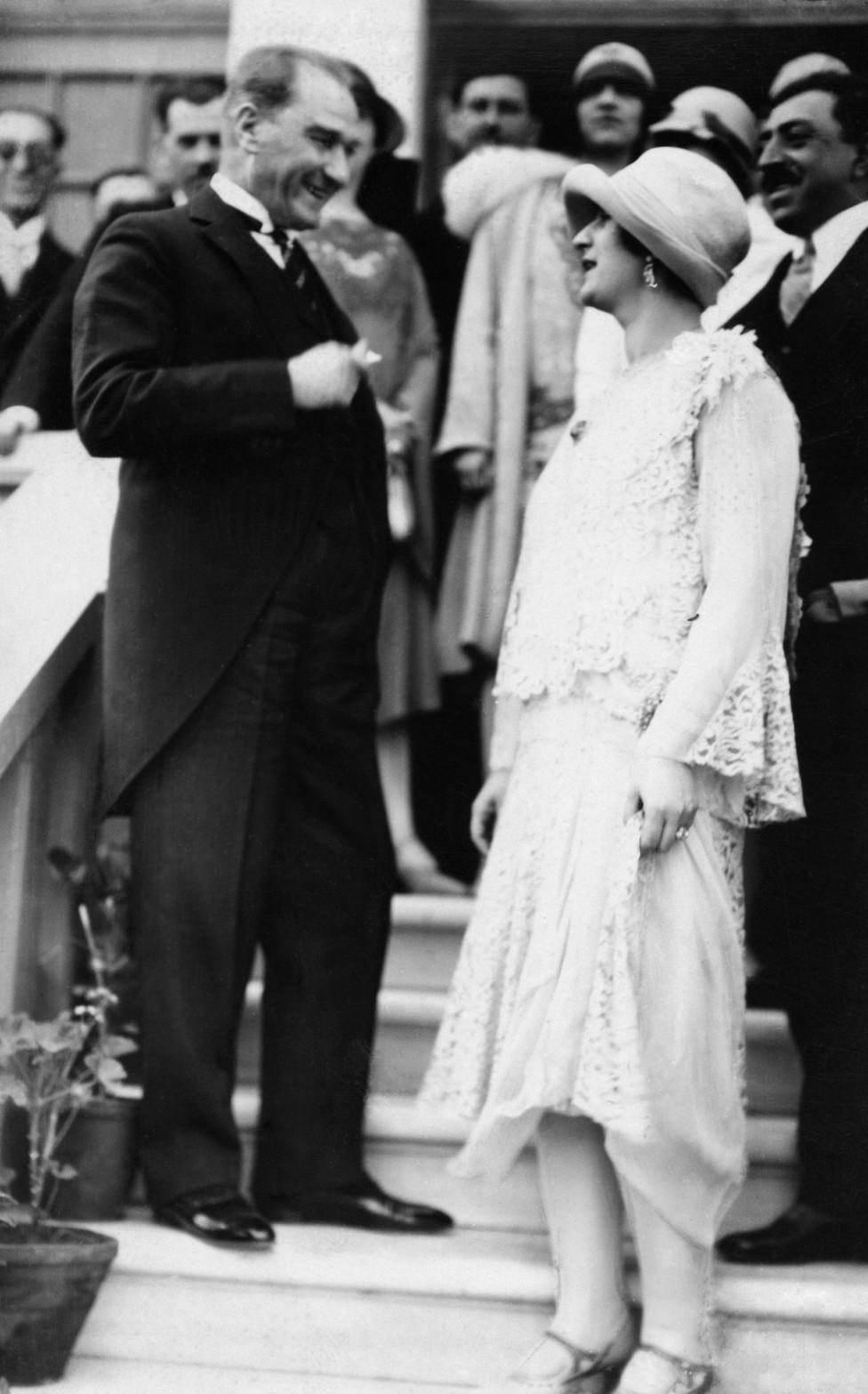 La reina Soraya con el presidente de Turquía, Mustafa Kemal Ataturk, en 1928