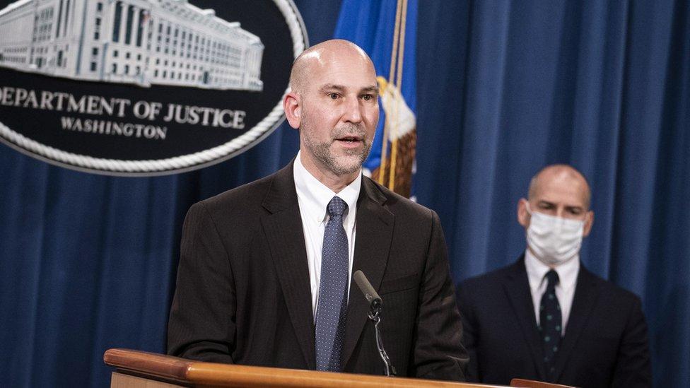 Director interino de la oficina del FBI en Washington DC en rueda de prensa