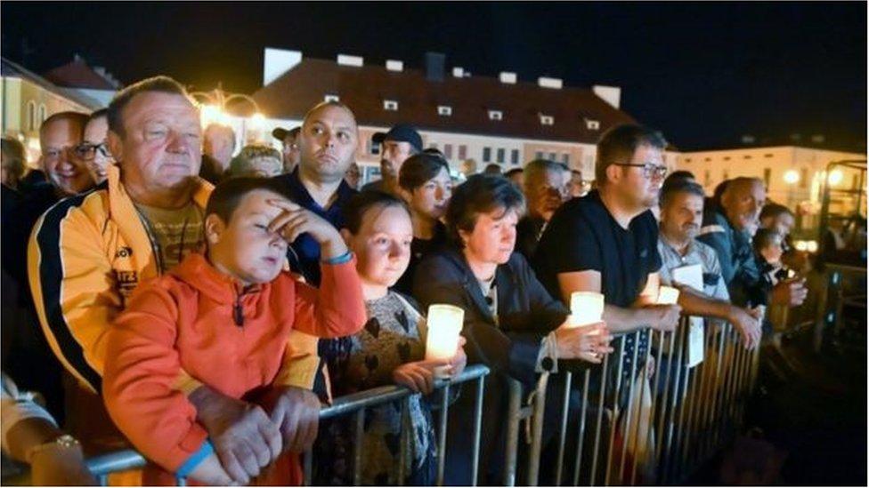 مشاركة المواطنين بتكريم أرواح الضحايا في ويلون البولندية بذكرى الحرب العالمية الثانية