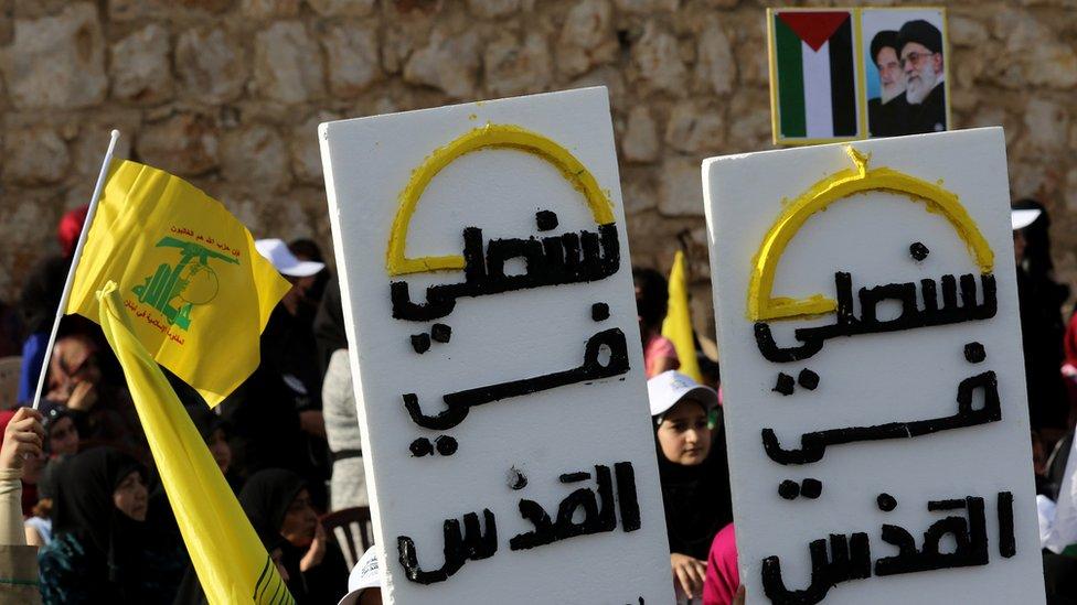 لافتات رفعها مناصرو حزب الله كتب عليها سنصلي في القدس