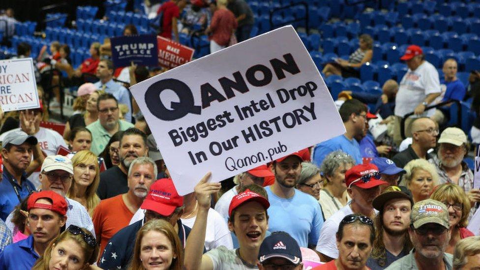 تنتشر لافتات تحمل شعارات كيو أنون في تجمعات الرئيس ترامب