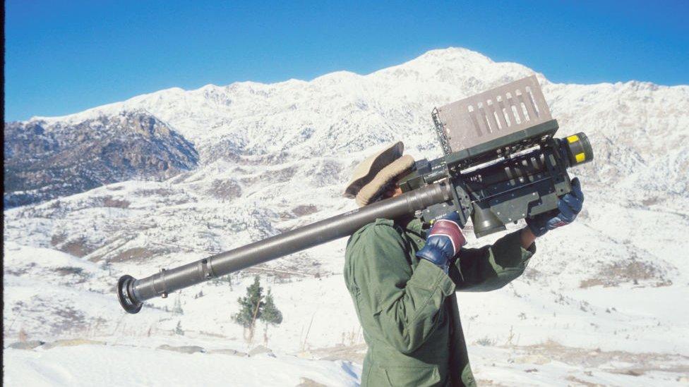 Guerrilero afgano con un lanzamisiles.