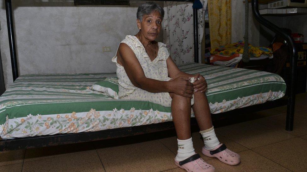 Norma Mújica sentada sobre un colchón