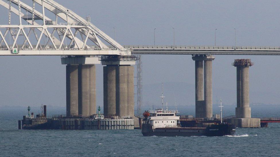 سفينة تجتاز مضيق كيرش من تحت الجسر الذي شيدته روسيا
