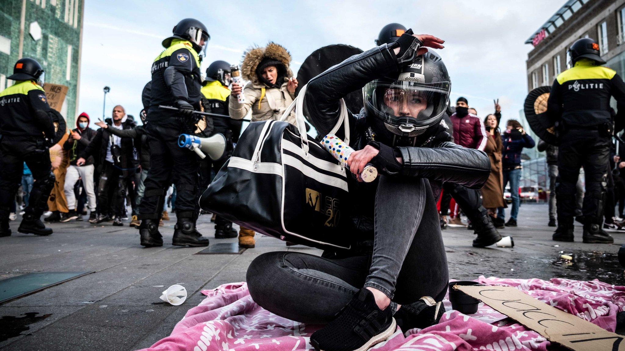 Фото: в Нидерландах протесты против карантина переросли в стычки с полицией