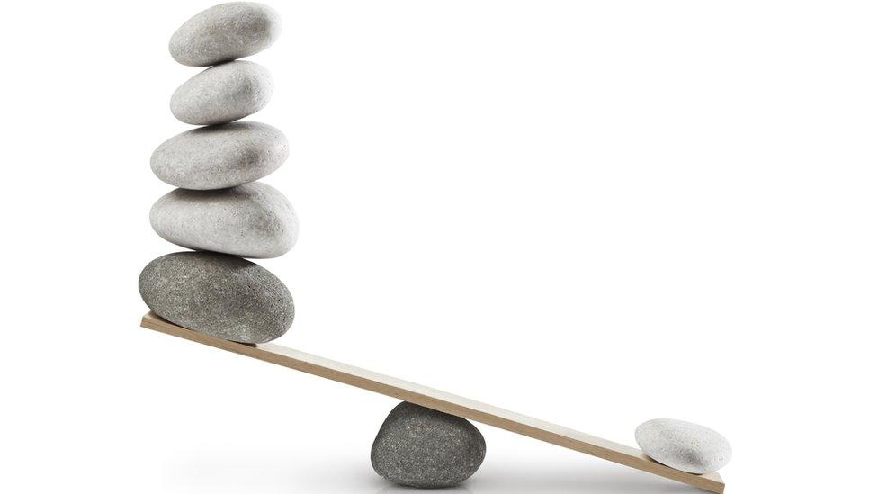 Piedras en una balanza.