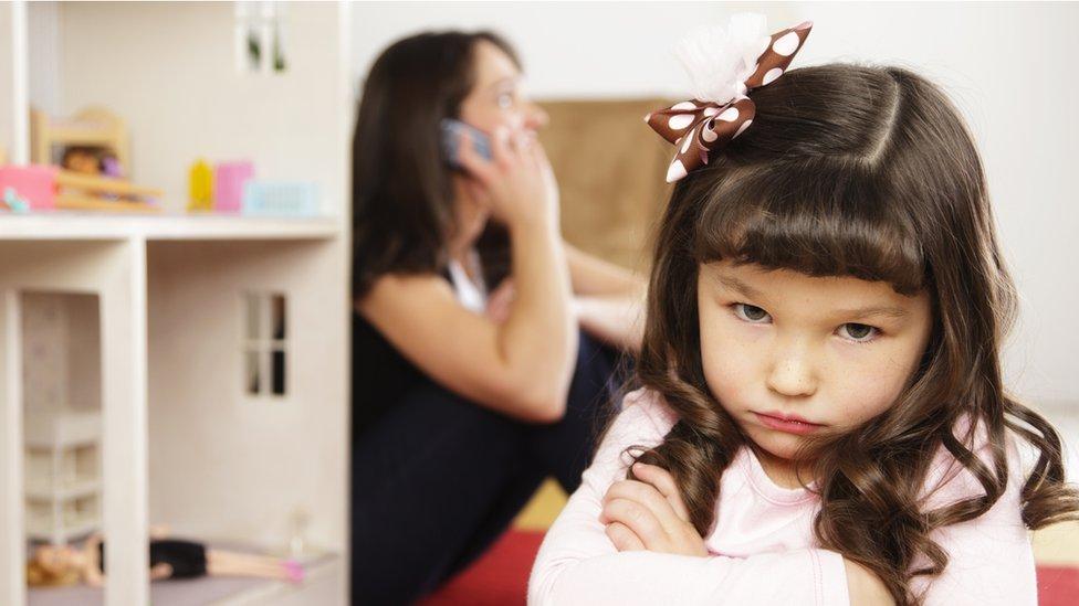 Niña enojada con su madre.
