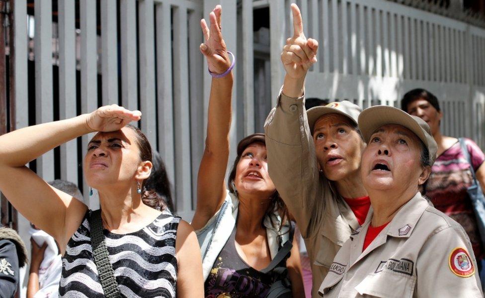 Transeuntes miran un edificio tras el terremoto que se sintió esta semana en Venezuela.