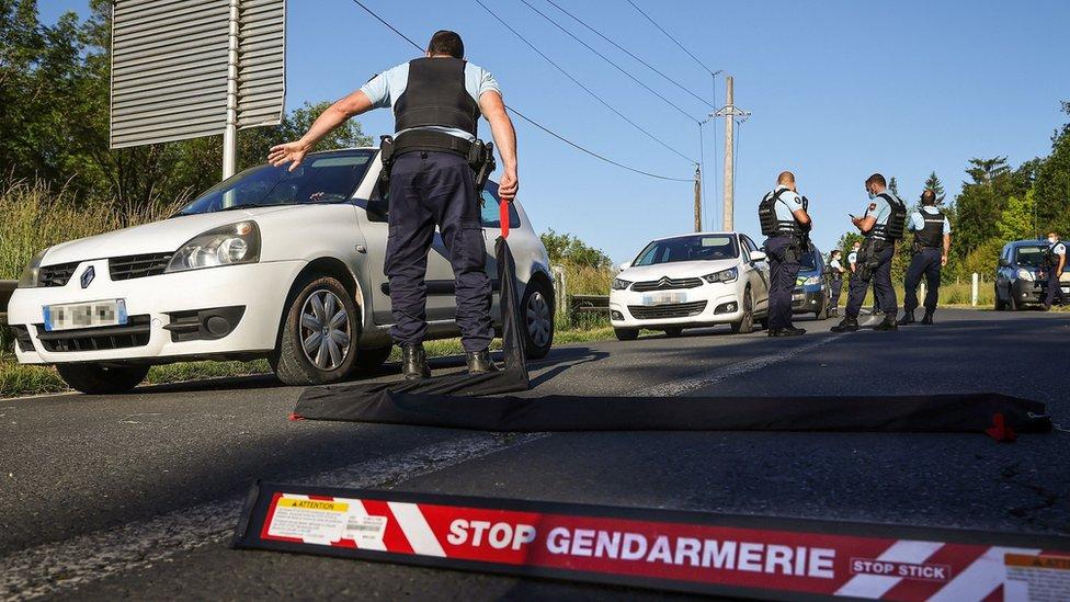 الشرطة تفتش سيارات في المنطقة