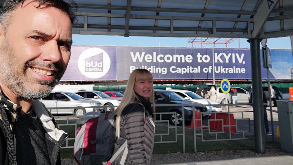 José y Flavia en el aeropuerto de Kiev.