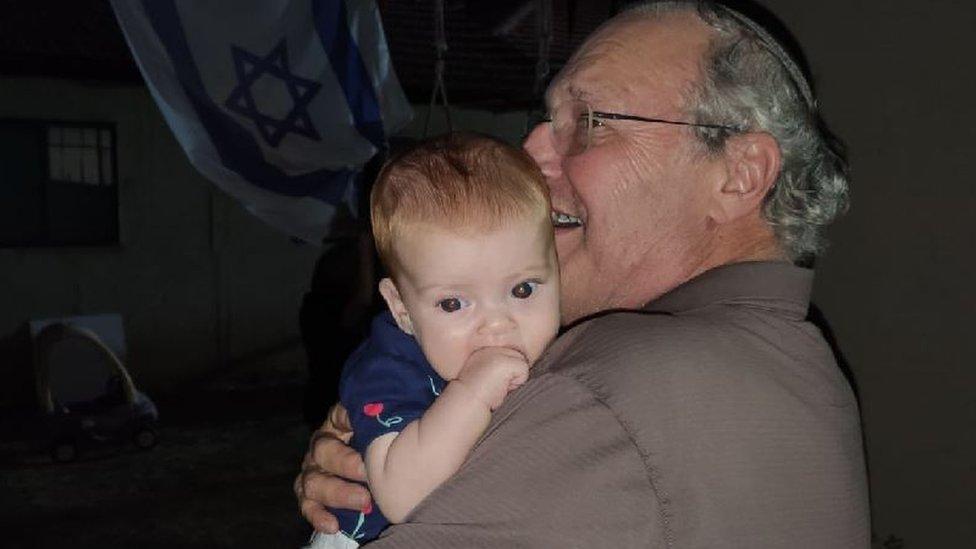 Zuroff, con su nieta.