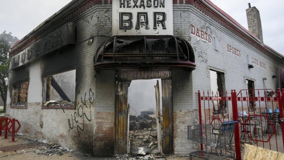 Un bar incendiado tras los disturbios en Minneapolis