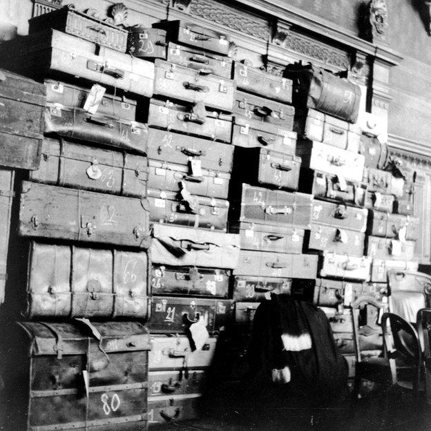 Las 47 maletas confiscadas por la policía en una residencia privada en Villeneuve fueron llevadas al tribunal. Contenían ropa que fue identificada por los familiares de algunas de sus víctimas.