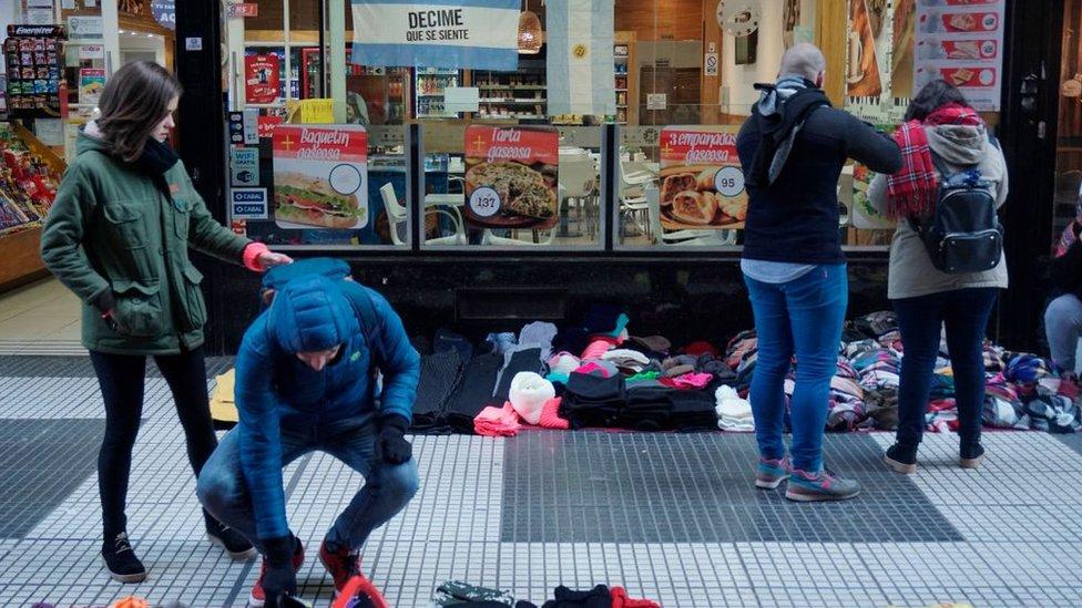 Gente comprando ropa de invierno en Buenos Aires
