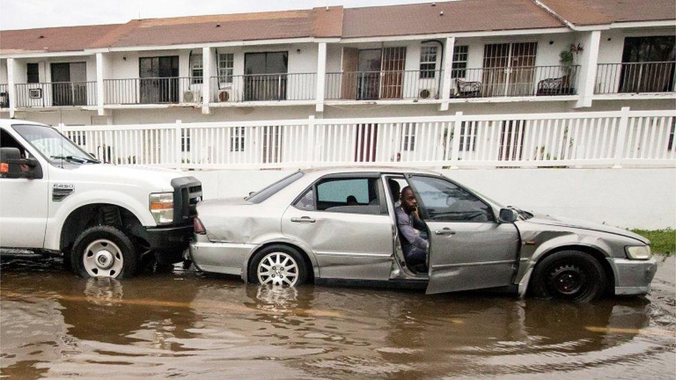Automobil u poplavljenoj ulici