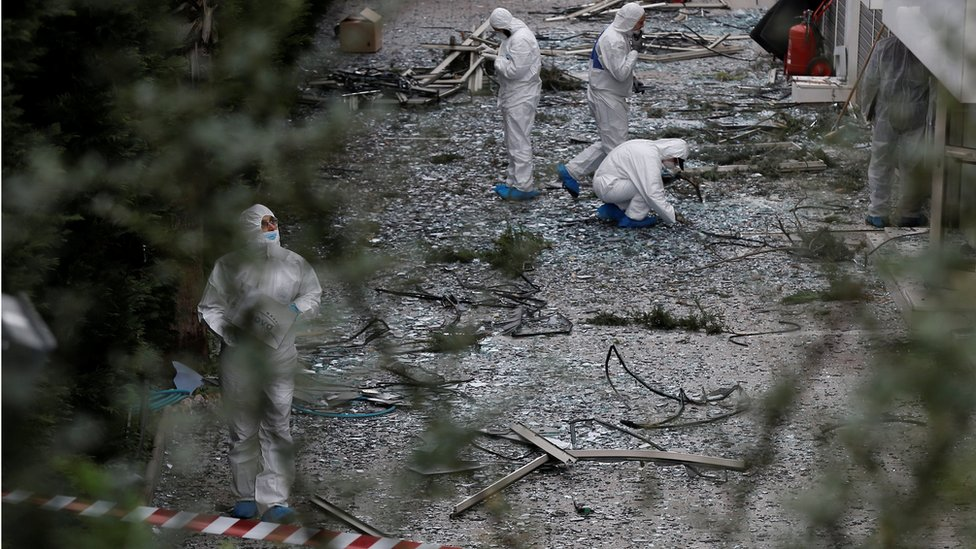 خبراء الأدلة الجنائية يفحصون موقع الانفجار