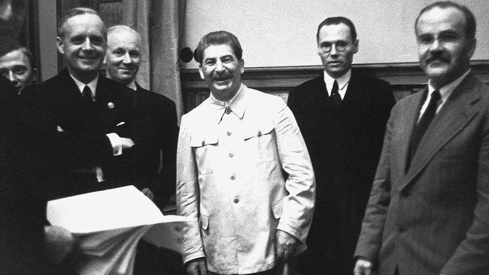 Joachim von Ribbentrop (izq.), Stalin y Viacheslav Molotov (der.)
