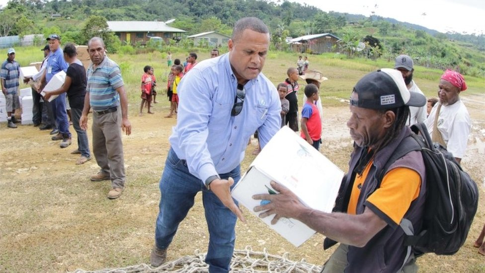 Oil Search staff help distribute supplies in PNG (5 Mar 2018)