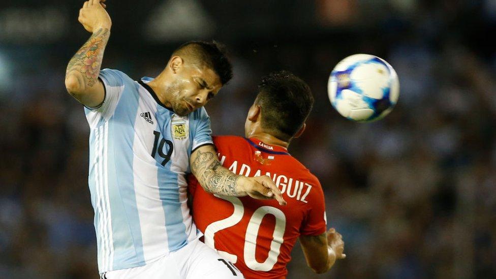 Banega pelea un balón con Aranguiz.