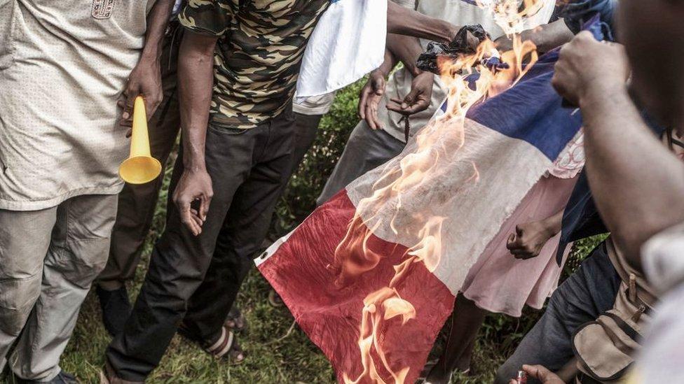 إحراق العلم الفرنسي خلال الاحتجاجات في مالي