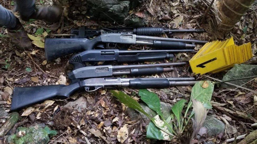 Armas encontradas por la policía.