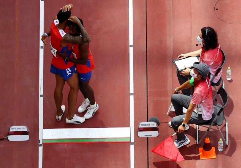 Los atletas cubanos se abraza al terminar la competición.