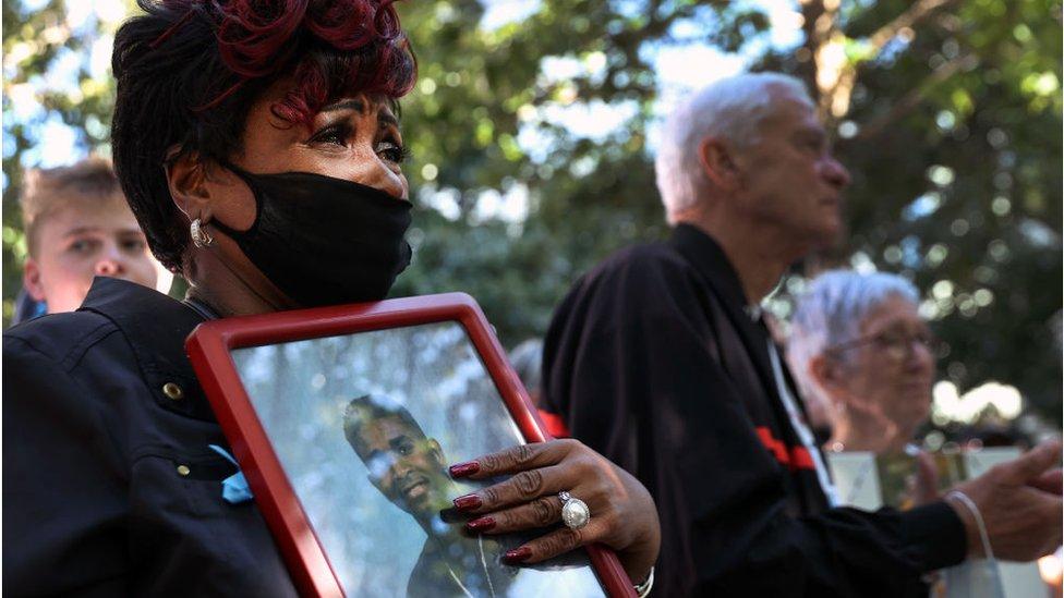 Mujer con foto llorando, 11 de Septiembre 2021