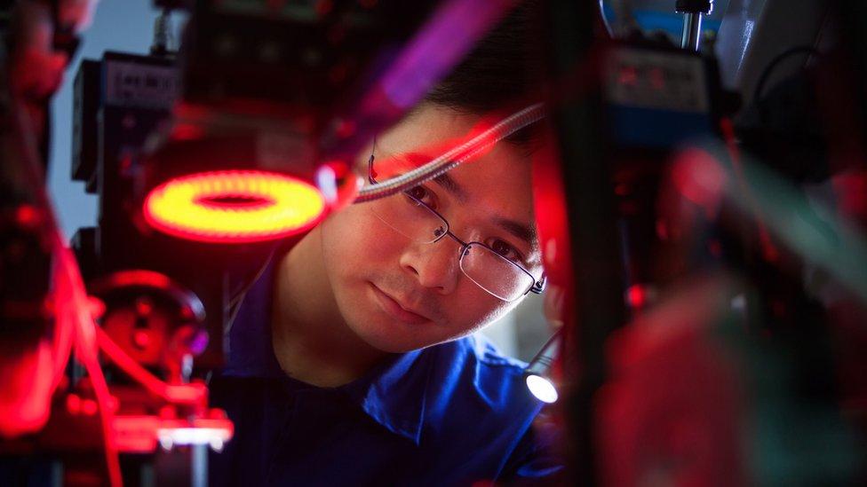 Trabajador chino en una fábrica.