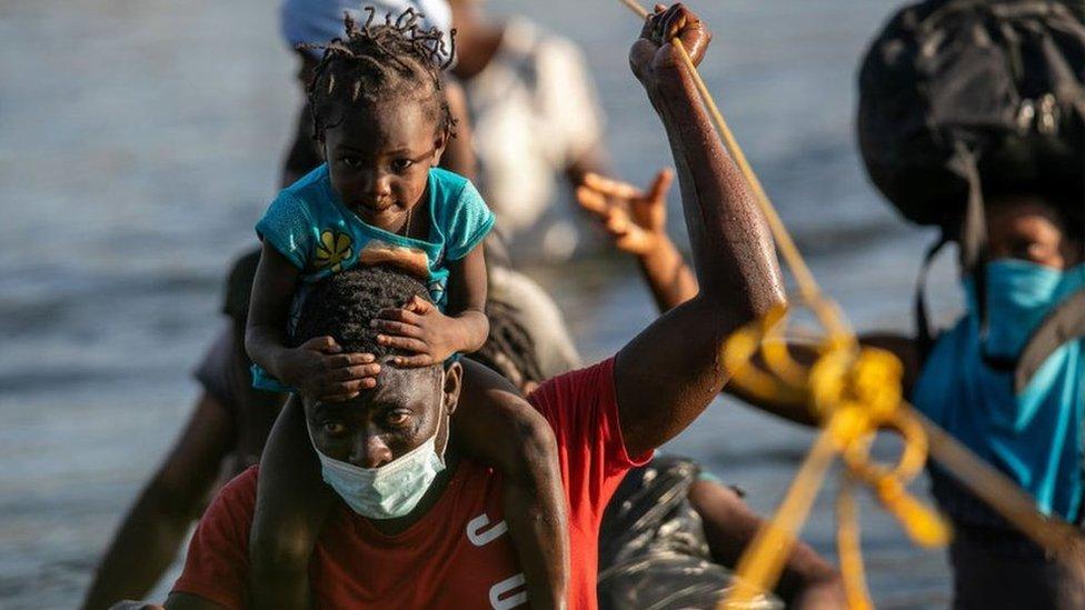 Haitianos cruzan en río Bravo cerca de Ciudad Acuña