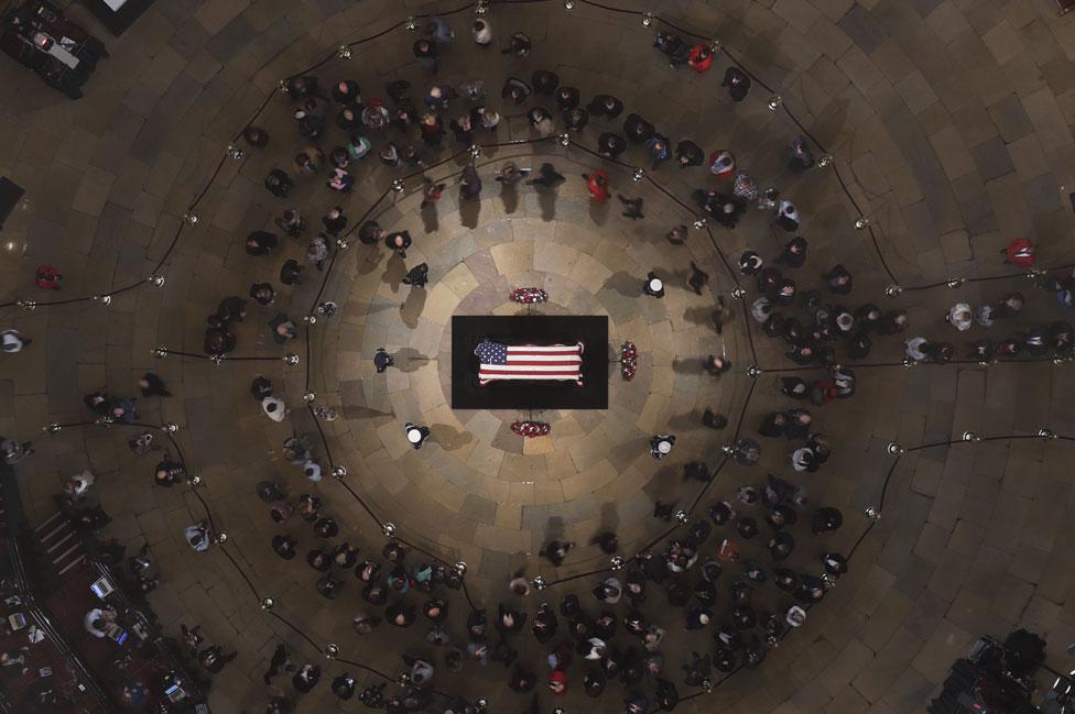 El cuerpo de Bush homenajeado en la Rotonda del Capitolio, en Washington D.C.