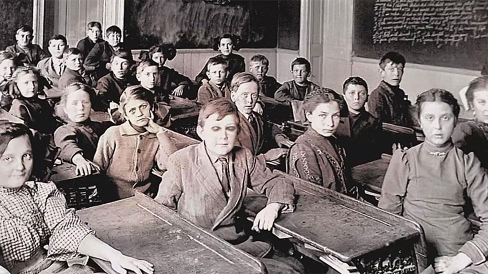 Louis Braille y compañeros de clase en la escuela.