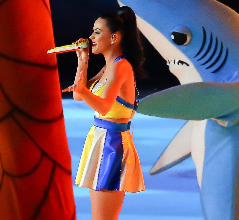 """2015年超級碗中場秀,幫凱蒂·佩里伴舞的""""左邊那個穿鯊魚裝的人偶""""爆紅。"""