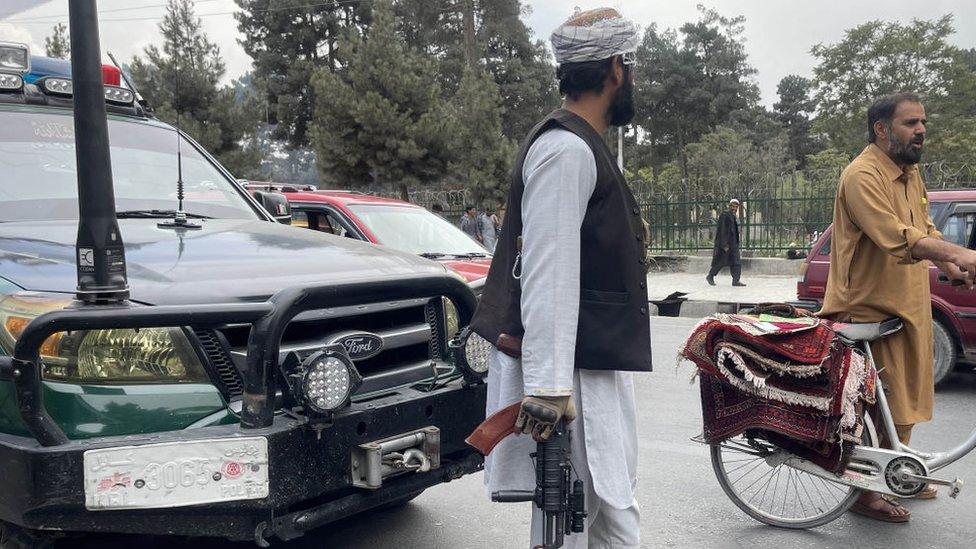 Taliban, Kabil'in caddelerinde devriye geziyor