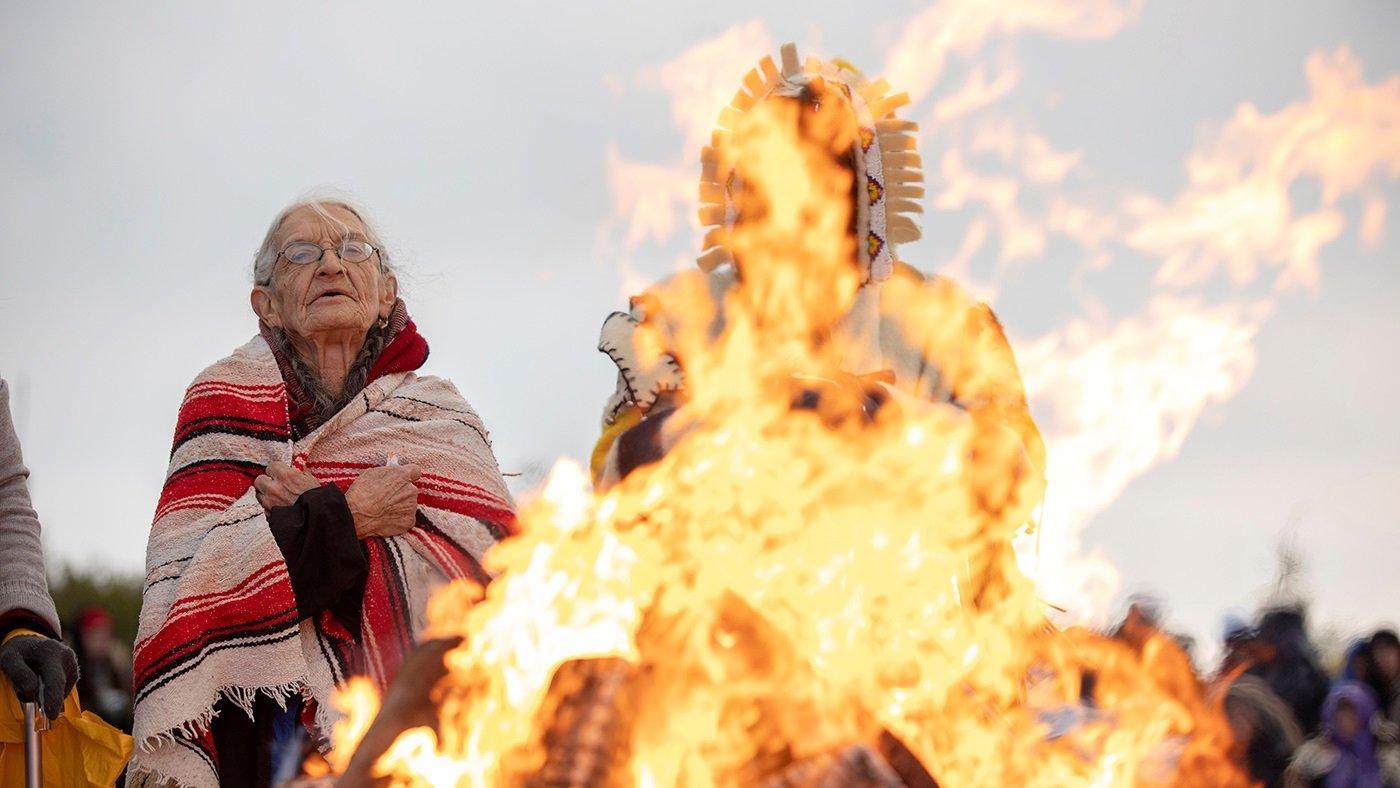 感恩節的歷史淵源的確與美國原住民有關,一些美洲原住民與社會團體也舉辦自己的「感恩節」,希望喚起人們對美洲原住民群體的關注。