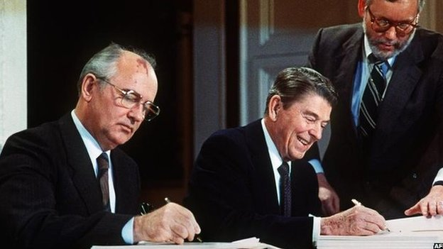 Mikhail Gorbachev y Ronald Reagan firmando el tratado en 1987