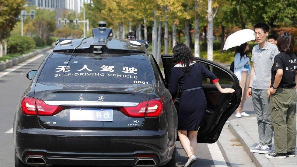 امرأة تجرب سيارة تعمل بنظام قيادة آلي في الصين