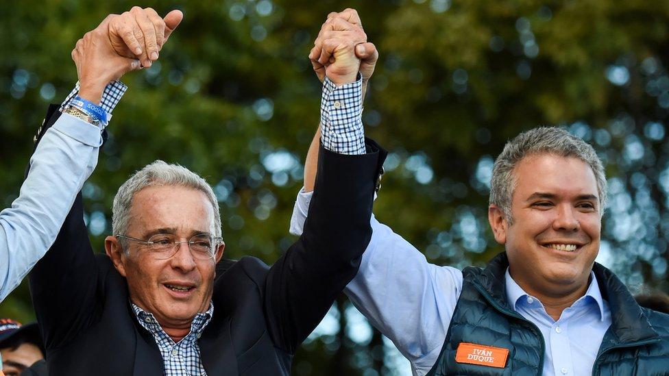 El expresidente Álvaro Uribe (izquierda) es el líder del Centro Democrático, el partido que postula a Duque.