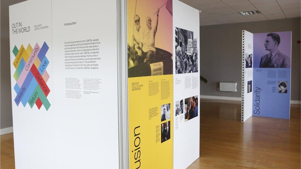 Bridget Coll y Chris Morrissey aparecen en un panel de la exposición