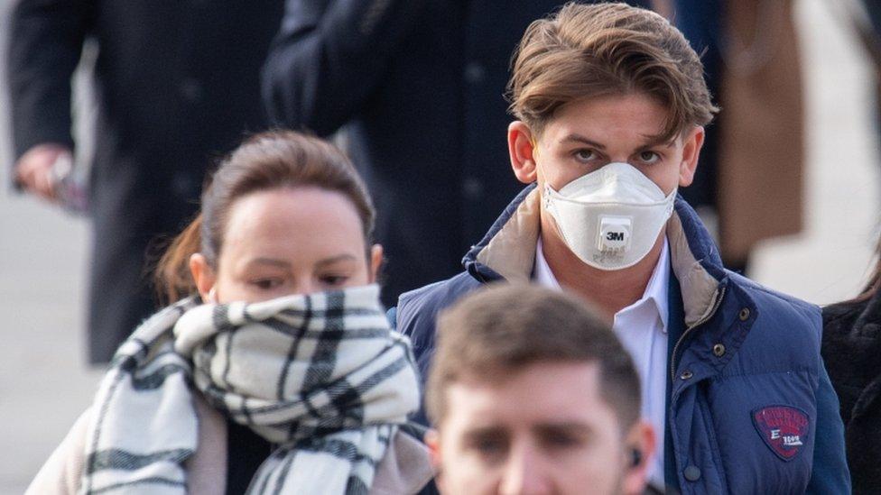 Mladi sa maskama na ulici
