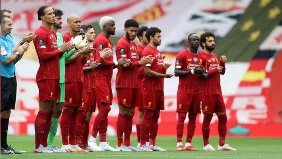英超聯賽利物浦對阿斯頓維拉,開賽前球員們向NHS鼓掌致謝