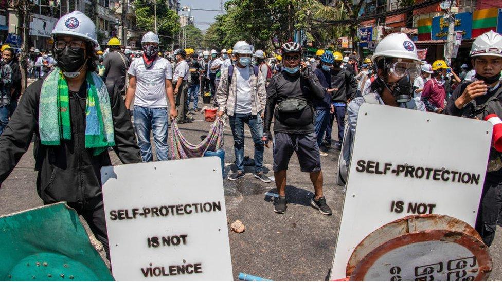 متظاهرون مناهضون للانقلاب العسكري في يانغون، ميانمار في 2 مارس/آذار 2021