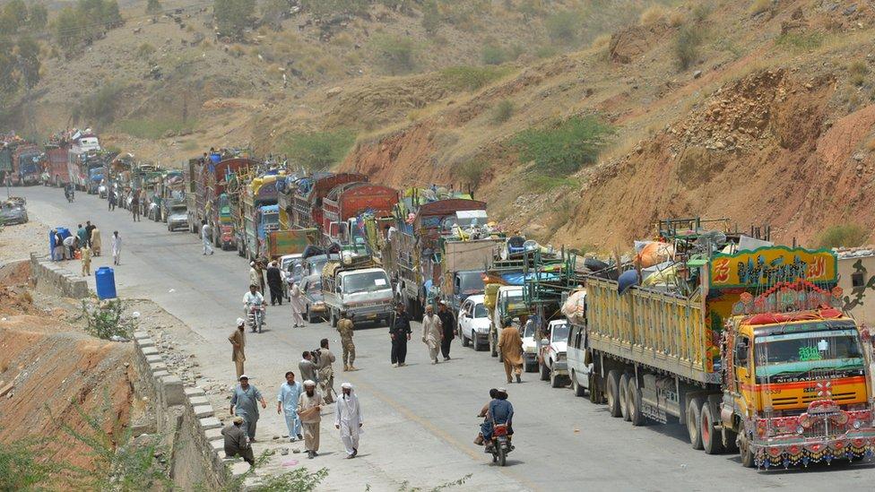 Sederet kendaraan digambarkan sebagai warga sipil Pakistan, yang melarikan diri dari operasi militer di Waziristan Utara, menunggu untuk menyeberangi pos pemeriksaan di pusat pendaftaran Wilayah Perbatasan Bannu untuk pengungsi internal di Saidgai pada tanggal 22 Juni 2014.