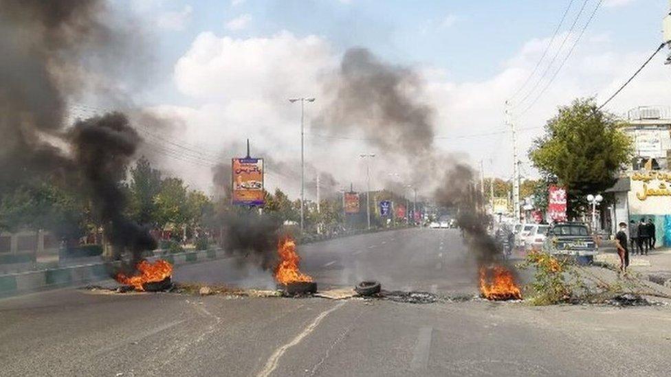 В Иране ограничили продажу бензина, чтобы помочь бедным. Протесты проходят в десятке городов