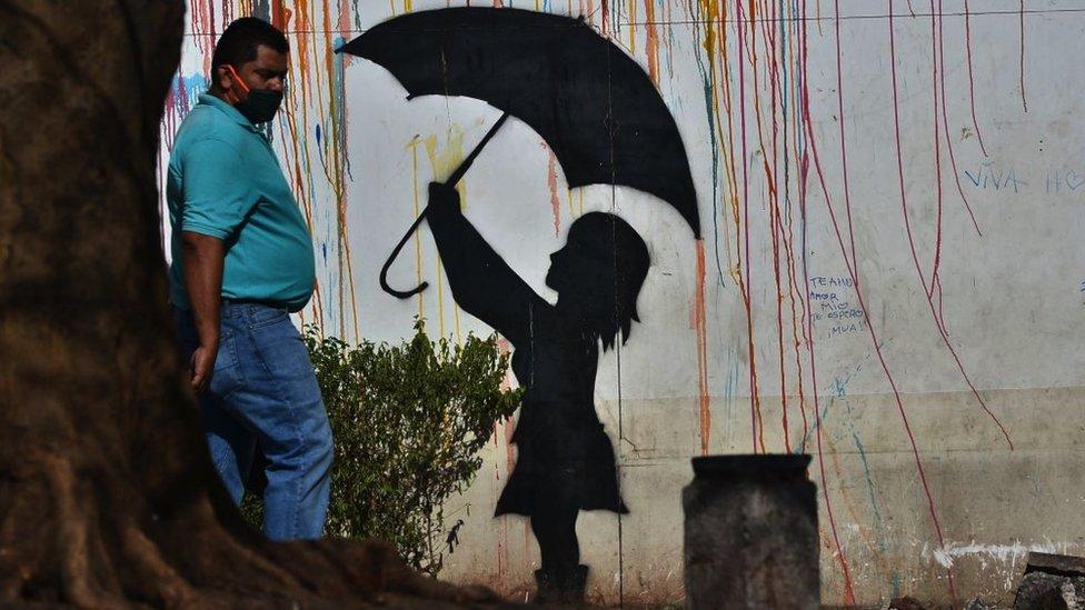 Hombre con cubrebocas en Tegucigalpa.