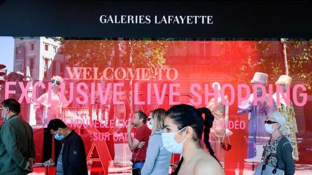 Коронавирус в мире: жители Парижа пошли по магазинам, в Британии спорят, когда снимать карантин