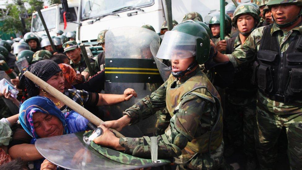 Polislerin Uygurlulara müdahalesi