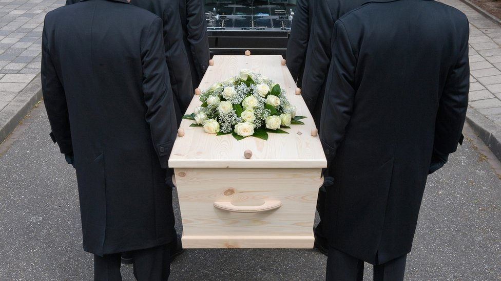 Pallbearers carrying a coffin (file)