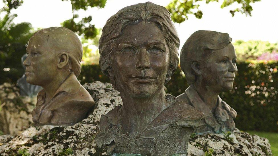 تمثال للأخوات ميرابال
