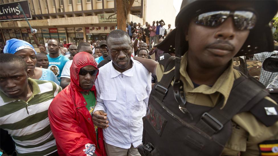 Kizza Besigye and police